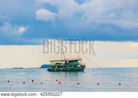 Surat Thani Thailand 25. Mai 2018 Bo Phut Beach Panorama With Turquoise Boat On Koh Samui Island In