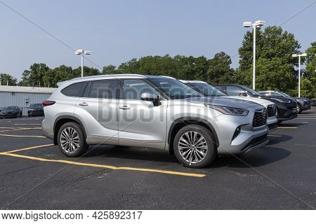 Cincinnati - Circa July 2021: Toyota Highlander Display. Toyota Is A Popular Brand Because Of Its Re