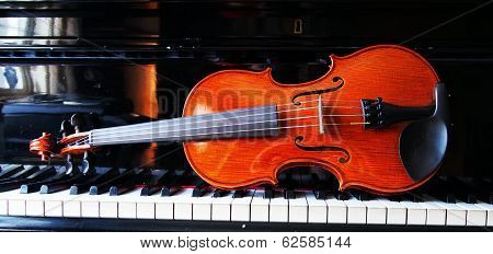horizontal view of violin on a piano