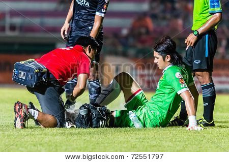 Sisaket Thailand-september 21: Pathomtat Sudprasert Of Roi Et Utd. Injured During Friendly Match Bet