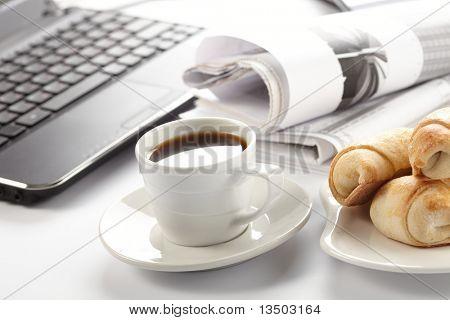 Tasse duftenden Kaffee auf ein Morgen-Papier-Business-news