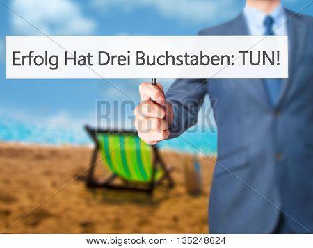 Erfolg Hat Drei Buchstaben: Tun! (success Has Three Letters: Do In German) - Businessman Hand Holdin