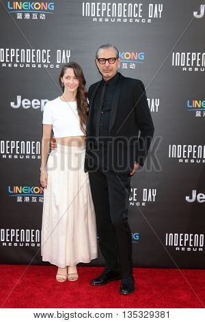 LOS ANGELES - JUN 20:  Emilie Livingston, Jeff Goldblum at the Independence Day: Resurgence LA Premiere at the TCL Chinese Theater IMAX on June 20, 2016 in Los Angeles, CA