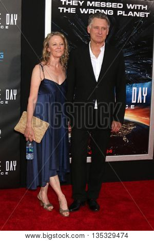 LOS ANGELES - JUN 20:  Tamara Hurwitz, Bill Pullman at the Independence Day: Resurgence LA Premiere at the TCL Chinese Theater IMAX on June 20, 2016 in Los Angeles, CA