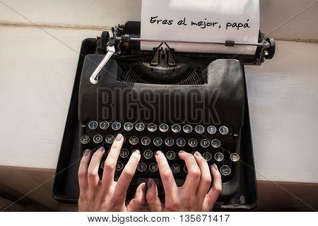 Hands typing eres el mejor papa on typewriter