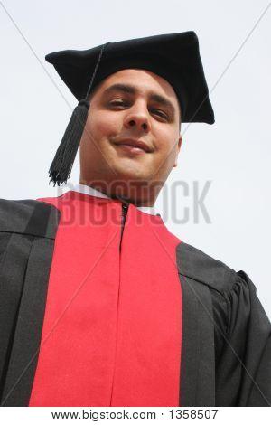 Hombre atractivo en vestidos de graduación de la Universidad