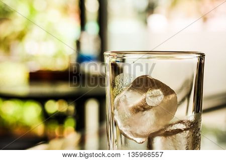 The cold glass of ice water quenching .