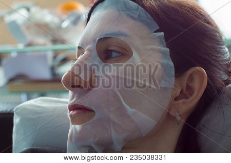 Natural Sheet Face Pearl Mask. The Cosmetologist For Procedure Of Cleansing And Moisturizing The Ski