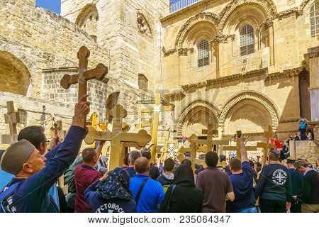 Jerusalem, Israel - April 6, 2018: Orthodox Good Friday Scene In The Entry Yard Of The Church Of The
