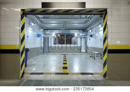 Empty clean car wash room with drainage device, high-pressure apparatus and viewing window