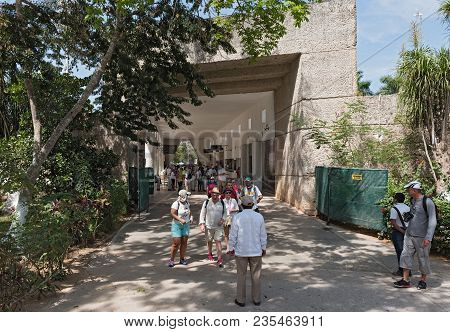 Chichen Itza, Mexico-march 19, 2018: View Of A Group Of Unidentified Tourists In The Entrance Area O