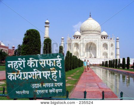 Taj Mahal. Don't Step On The Grass Sign.