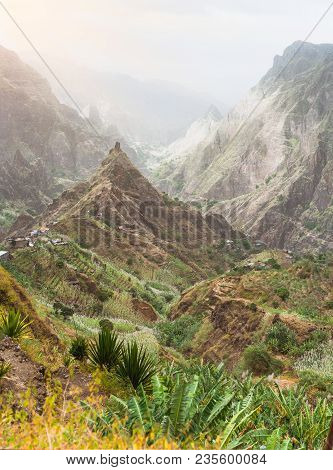 Bergspitzen Im Xo-xo Tal Auf Santa Antao Insel, Kap Verde. Anbau Von Zuckerrohr, Bananen, Kaffe, Man