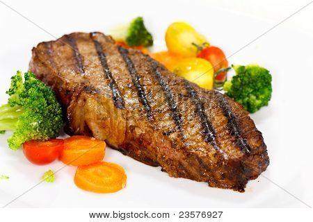 Feinschmecker-Steak mit Brokkoli, Kirschtomate, Nahaufnahme