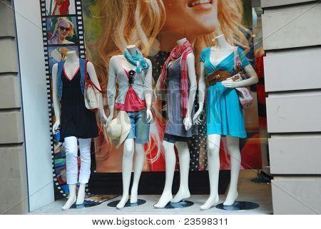 Janela de boutique com manequins vestidos