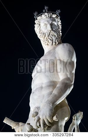 Statua sulla fontana di Nettuno of Bartolomeo1565, Ammannati in Piazza della Signoria a Firenze, Italia poster