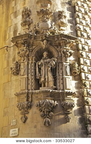A saint as an adornment of the Church Iglesia de Betlem