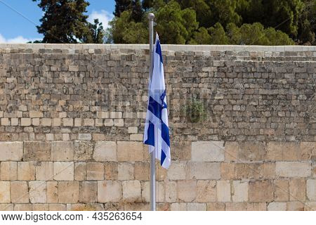 Jerusalem-israel. 14-09-2021. The Israeli Flag Against The Background Of The Western Wall In Jerusal