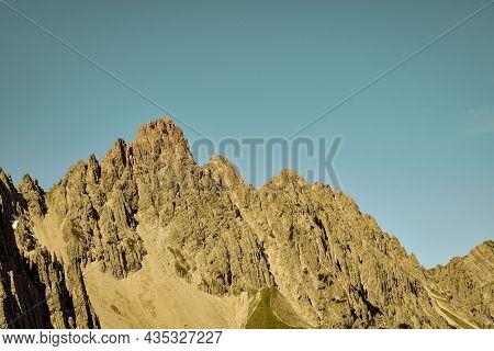 Ausblick Auf Bergkette An Einem Sonnigen Tag In Den Alpen