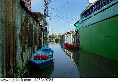 01,oct,2021,lopburi Thailand,rubber Boats For Traveling And Transporting Luggage During The Flood Se