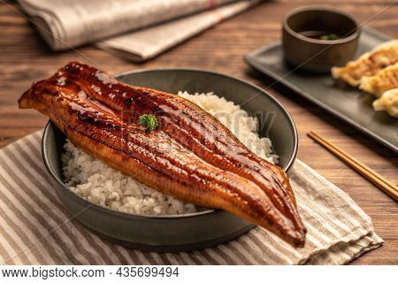 ๋close-up Japanese Grilled Eel Served Over Rice Or Unagi Don Set On Plate. Japanese Food On Restaura