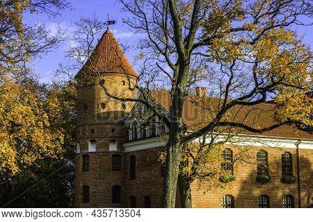 Gothic-renaissance Manor Castle And Garden Of Raudondvaris