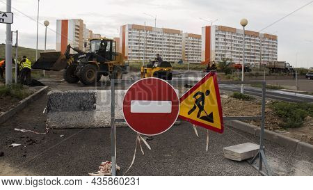 Ust-kamenogorsk, Kz - July 22, 2021. Repair Works On Laying The Asphalt Surface On A Busy City Stree