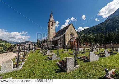 San Vito, Italy - Sept 6, 2021: Small Church Of San Vito (kirche St. Veit) In Braies Valley, Prags M