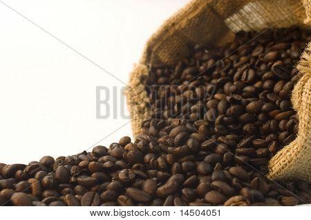 Bolsa de arpillera de detalle de granos de café. Profundidad selectiva del foco