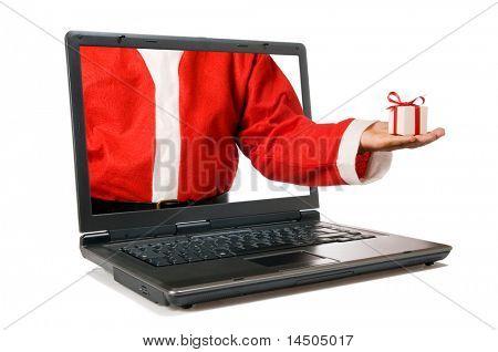 Santa Claus Hand mit einem Geschenk kommen von einem Bildschirm von einem Laptop-Computer, isolated on white backgroun
