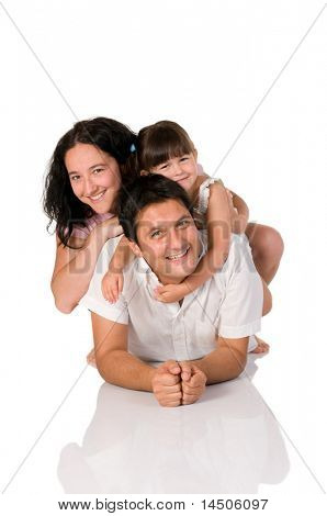 Happy Real lächelnd Familie liegen isoliert auf weißem Hintergrund