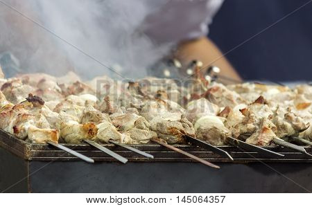 On the skewers on the grill fried skewers with onion rings