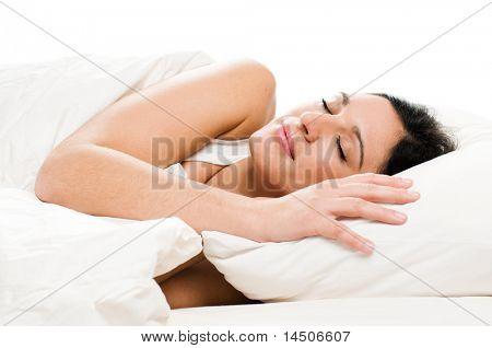 Mooie jonge vrouw slapen op wit geïsoleerd