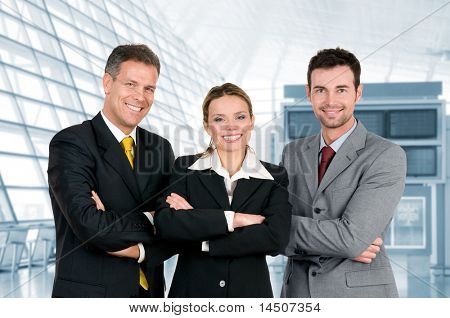 그들의 현대적인 사무실에서 두 팔을 교차 행복 비즈니스 팀 서