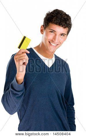 Szczęśliwy uśmiechający się młody człowiek wyświetlone karty kredytowej na białym tle