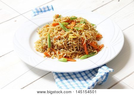 Fried instant noodle with green bean, egg and carrot