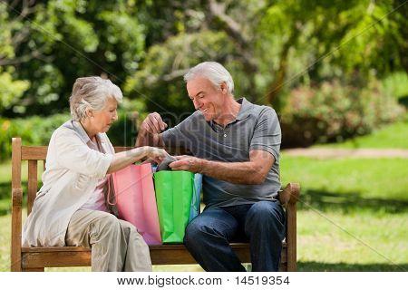 Pareja de jubilados con bolsas