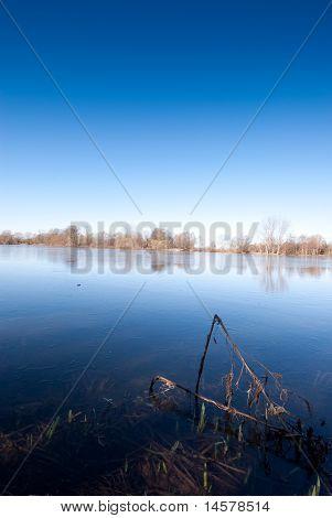See und einem wolkenlosen Himmel