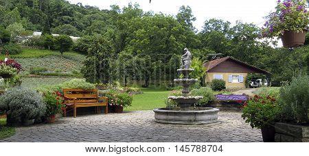 Jardim com fonte e banco em Gramado - RS