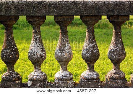 Particolare di una staccionata in muratura con capitelli