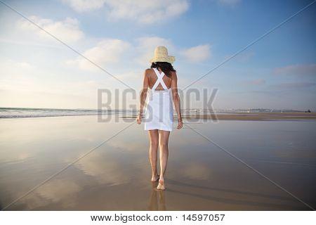 weißes Kleid Strohhut Frau