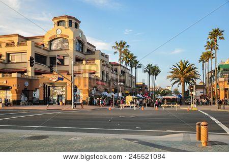 Huntington Beach, Ca - April 12, 2011 - People Walk, Shop And Dine On Main Street In Huntington Beac