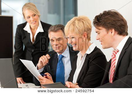Business-Team-Sitzung in einem Büro mit Laptop, den Chef mit seinem Mitarbeiter