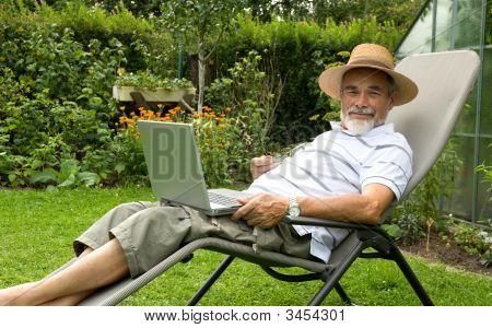 Senior im Garten