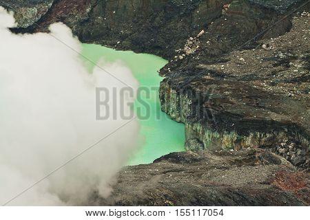 The crater lake of Vulcano Poas - Costa Rica