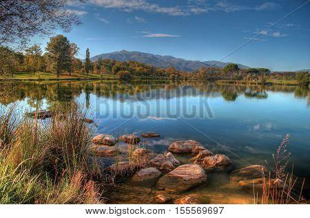 lac de montagne en automne avec le ciel bleu