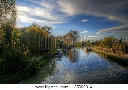 rivière avec couleurs d'automne et ciel bleu