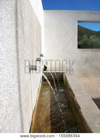 fuente con tres caños de agua chorreando