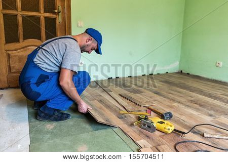 worker install the laminate floor