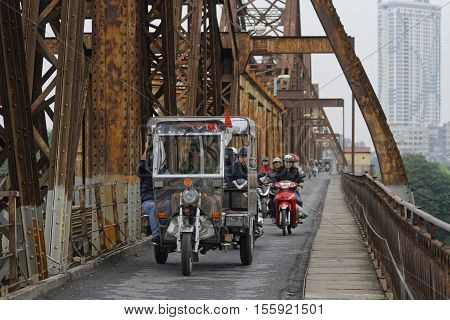 Hanoi, Vietnam, Octobre 31, 2016 : Long Bien Bridge Is A Historic Cantilever Bridge Across The Red R